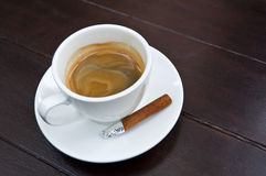 Tasse Kaffee mit Zimt. lizenzfreie stockbilder