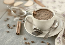 Tasse Kaffee mit Zimt Stockbilder
