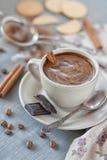 Tasse Kaffee mit Zimt und Schokolade Stockfotos
