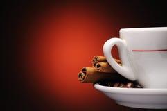 Tasse Kaffee mit Zimtsteuerknüppeln Stockbilder