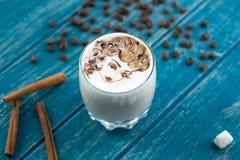Tasse Kaffee mit Zucker und Zimt Stockfoto