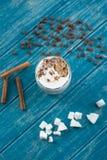 Tasse Kaffee mit Zucker und Zimt Stockfotos