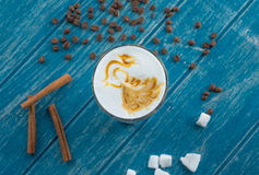 Tasse Kaffee mit Zucker und Zimt Lizenzfreie Stockfotografie