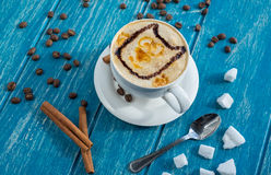 Tasse Kaffee mit Zucker und Zimt Stockfotografie
