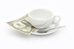 Tasse Kaffee mit zwei Dollar Spitze Stockbild