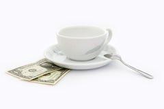 Tasse Kaffee mit zwei Dollar Spitze Stockbilder