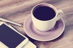 Tasse Kaffee, Notizblock, Stift und ein Smartphone Stockfoto