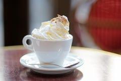 Tasse Kaffee oder heiße Schokolade mit Schlagsahne Stockbild