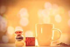 Tasse Kaffee oder Tee mit macarons Stockfoto