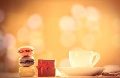 Tasse Kaffee oder Tee mit macarons Stockfotografie