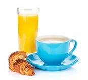 Tasse Kaffee, Orangensaft und frisches Hörnchen lizenzfreies stockfoto