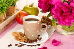 Tasse Kaffee, Plätzchen, Äpfel und Blumen Lizenzfreie Stockfotografie