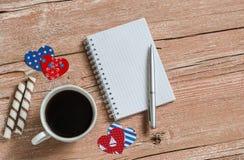 Tasse Kaffee, Plätzchen und öffnen einen sauberen Notizblock Draufsicht, freier Raum für Text Stockfotos