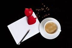 Tasse Kaffee, rote Samtherzen und ein weißes Blatt Lizenzfreie Stockfotografie