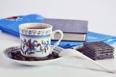 Tasse Kaffee, Schokolade und Buch lizenzfreies stockfoto