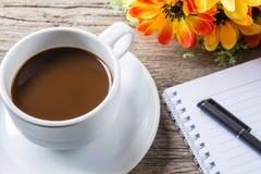 Tasse Kaffee, Stift und Notizblock Lizenzfreies Stockfoto