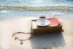 Tasse Kaffee am Strand Lizenzfreies Stockbild