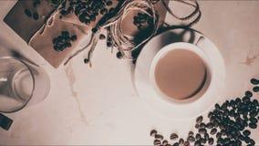 Tasse Kaffee, Tasche und Schaufel auf altem rostigem Hintergrund stock video