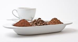 Tasse Kaffee u. frische Kaffeeplatte Stockbild