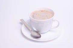 Tasse Kaffee und auf weißem Hintergrund lizenzfreie stockfotografie