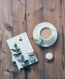 Tasse Kaffee und blaue Makronen auf Holztischhintergrund Lizenzfreies Stockbild