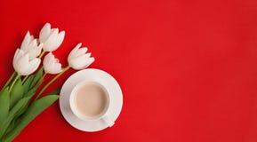 Tasse Kaffee und Blumen Stockfotos