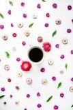 Tasse Kaffee- und Blumenknospenmuster Lizenzfreie Stockfotos
