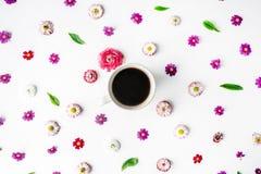 Tasse Kaffee- und Blumenknospenmuster lokalisiert auf weißem Hintergrund Stockfoto