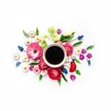 Tasse Kaffee und Blumenstrauß von Blumen Lizenzfreies Stockfoto