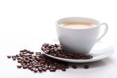 Tasse Kaffee und Bohnen Stockfoto