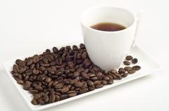 Tasse Kaffee und Bohnen auf Weiß Stockfoto