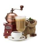 Tasse Kaffee und Bohnen auf Weiß stockbilder