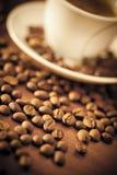 Tasse Kaffee und Bohnen-Nahaufnahme Stockbilder