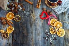 Tasse Kaffee und Bonbons auf der grauen Holzoberfläche Lizenzfreie Stockfotografie