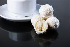 Tasse Kaffee und Bonbons von der Kokosnuss Stockfotografie
