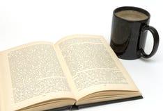 Tasse Kaffee und Buch Lizenzfreie Stockbilder