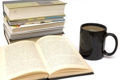Tasse Kaffee und Buch Stockbilder