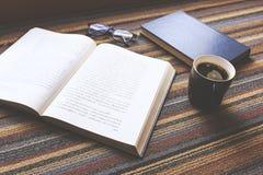 Tasse Kaffee und Buch Lizenzfreies Stockbild
