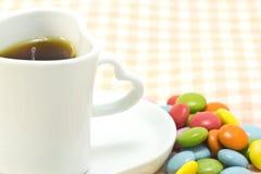 Tasse Kaffee und bunte Schokolade Lizenzfreies Stockbild
