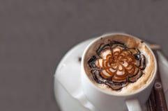 Tasse Kaffee und Cappuccinokunst Latte Stockfoto