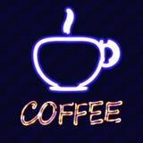 Tasse Kaffee und der Wortkaffee mit Neoneffekt auf einen Hintergrund einer Backsteinmauer Auch im corel abgehobenen Betrag Lizenzfreie Stockbilder