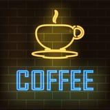Tasse Kaffee und der Wortkaffee mit Neoneffekt auf einen Hintergrund einer Backsteinmauer Auch im corel abgehobenen Betrag Stockbild