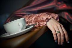 Tasse Kaffee und die Hand stockfotografie