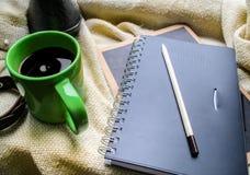 Tasse Kaffee und ein Buch auf einem Fenster Lizenzfreie Stockbilder