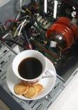 Tasse Kaffee und ein disassemblierter Computer Stockbilder