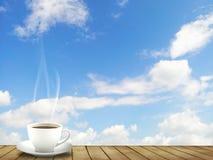Tasse Kaffee und ein heller Himmel Stockfotos