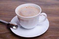 Tasse Kaffee und ein Kuchen auf dem Tisch im Café Stockfotos