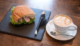 Tasse Kaffee und ein Sandwich Stockfoto