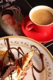 Tasse Kaffee und ein Stück des Kuchens Stockfotos