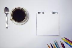 Tasse Kaffee und eine Untertasse, Bleistifte auf einem weißen Hintergrund Stockfotos